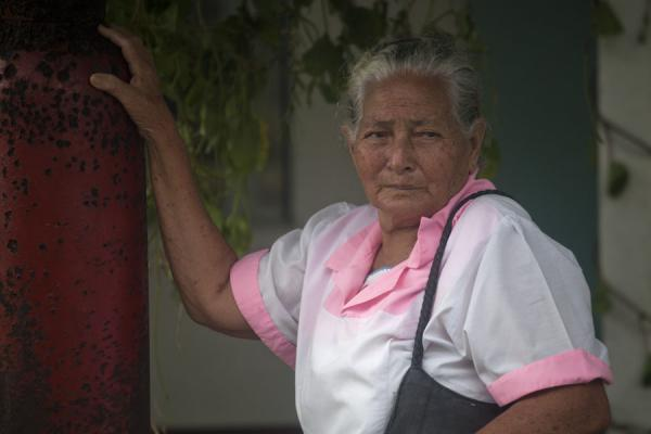 Tuvaluan woman at the bell of one of the churches of Vaiaku | Tuvaluan people | 土瓦鲁