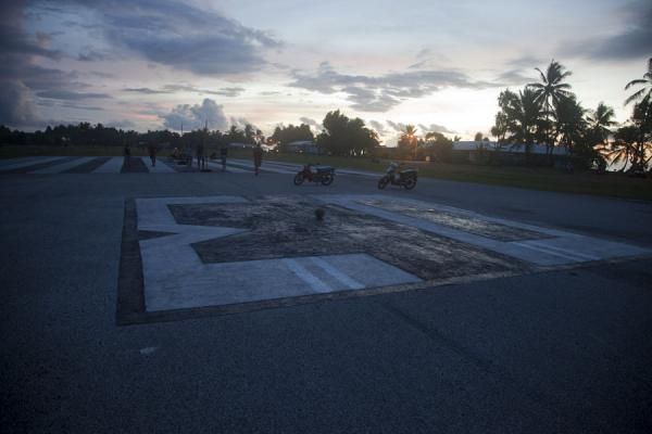 Foto di Tuvalu (Playground during most of the week: the runway)