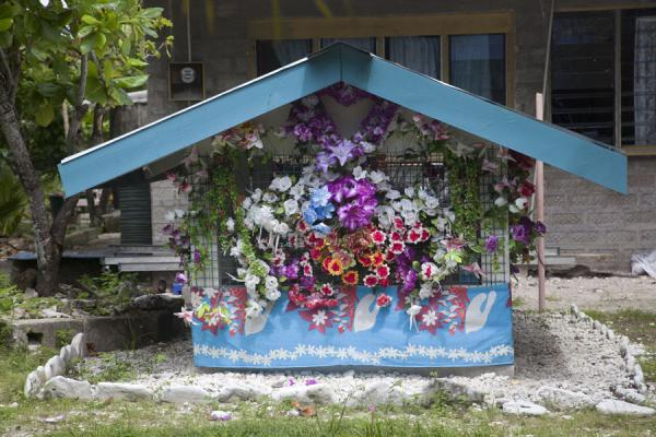 One of the many flower-decorated tombs | Villaggio di Vaiaku | Tuvalu