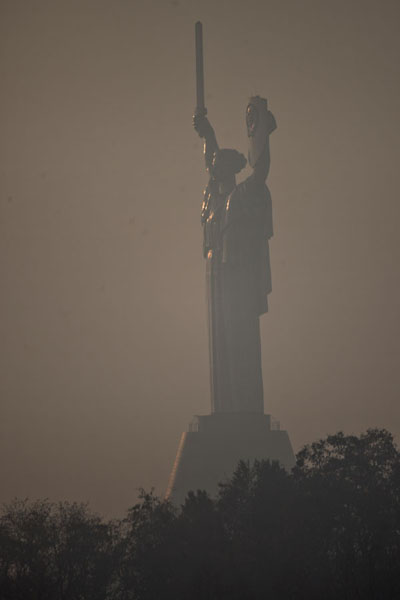 Foto di The enormous statue of Rodina Mat, or Motherland monument, the top of the museumComplesso del museo della Grande Guerra Patriottica - Ucraina