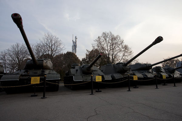 Foto di Row of tanks on displayComplesso del museo della Grande Guerra Patriottica - Ucraina