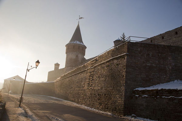 Wall and tower of the fortress of Kamyanets-Podilsky in the morning | Fortaleza Kamyanets-Podilsky | Ucrania