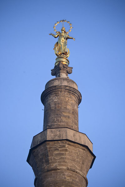 Foto de The top of the old minaret is decorated with a golden Virgin Mary statueKamyanets-Podilsky - Ucrania