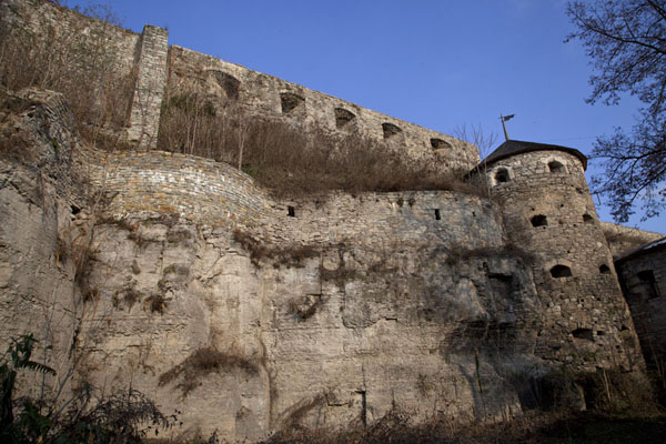 Looking up the defensive walls of Kamyanets-Podilsky | Vieille ville de Kamyanets-Podilsky | Ukraine
