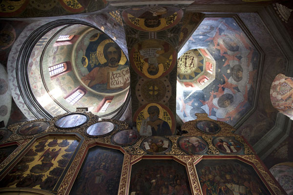 Looking up the painted cupolas of the All Saints church | Holenklooster van Kiev | Oekraïne