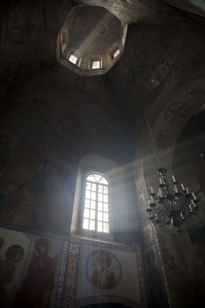 Rays of sunlight shining through the window of the Church of the Nativity of the Virgin | Kyevo Pečerska Lavra | Ucraina