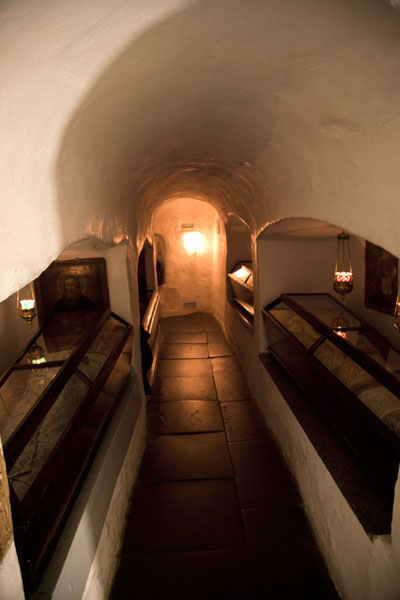 Tunnel with niches where the mummies are laid to rest | Holenklooster van Kiev | Oekraïne