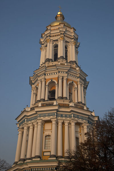 The Great Bell tower with the first rays of sunlight | Kyevo Pečerska Lavra | Ucraina