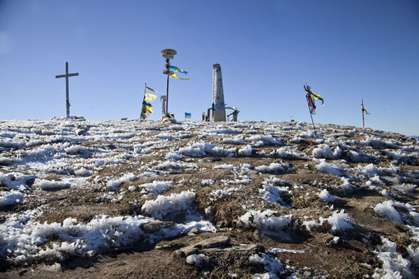 Foto de Ucrania (The summit of Mount Hoverla is marked by stones, flags, crosses and markers)