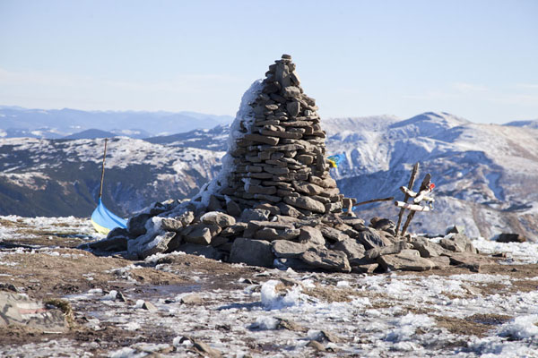 Foto van Oekraïne (The summit of Hoverla mountain is marked with a pile of stones, covered in ice)