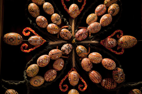 Foto di Ucraina (Painted eggs on strings on display in the museum)