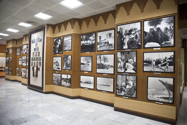 Foto de Wall with black and white photos depicting the history of UAEAl Ain - Emiratos Arabes Unidos