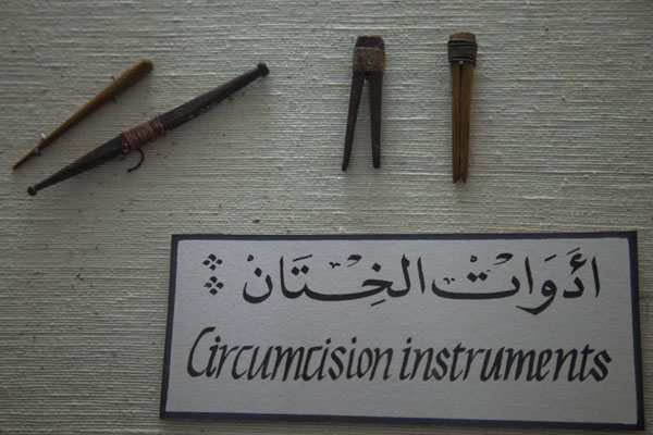 Photo de Circumcision instruments in one of the first displays of the museumAl Ain - Emirats Arabes Unis