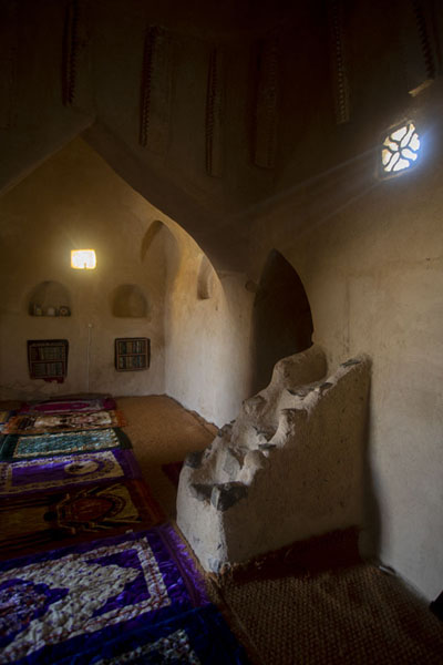 Foto de Interior of Al-Bidya mosque with mihrab on the right - Emiratos Arabes Unidos - Asia