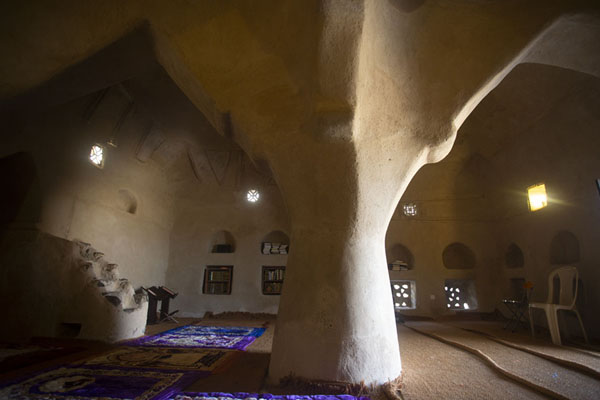Enormous pillar supporting Al-Bidya mosque from within | Al-Bidya moskee | Verenigde Arabische Emiraten