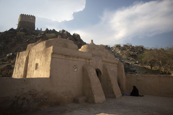 Mosque of Al-Bidya with Bidya Fort in the background | Al-Bidya moskee | Verenigde Arabische Emiraten