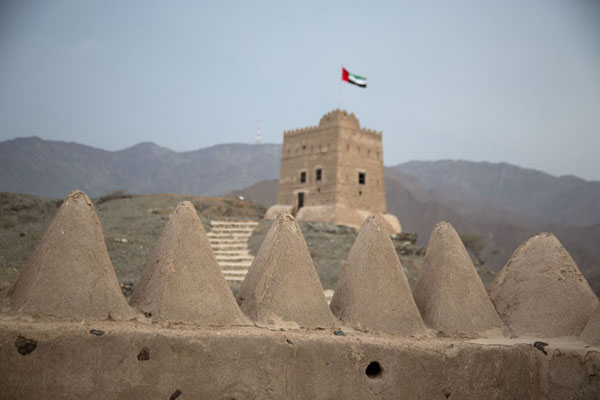 Foto di Defensive tower appearing above the crenellated wall of the residential tower - Emirati Arabi Uniti - Asia