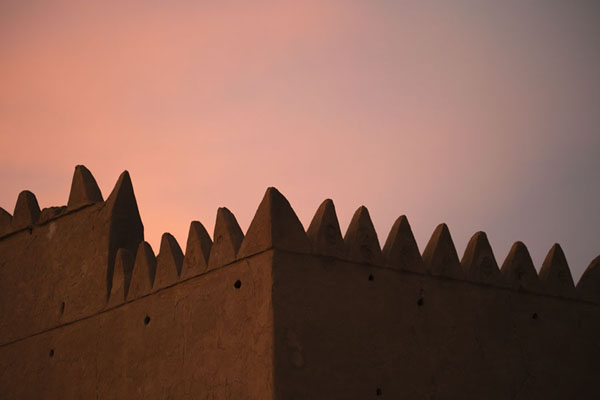 Sunset over the crenellated wall of Al-Hayl Fort | Al-Hayl Fort | Verenigde Arabische Emiraten