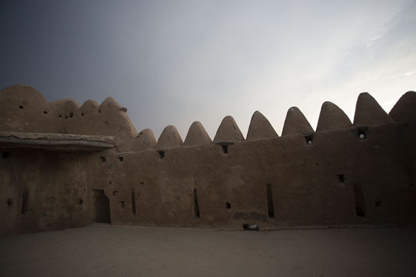 Crenellated wall of the defensive tower above Al-Hayl Fort | Forteresse de Al-Hayl | Emirats Arabes Unis
