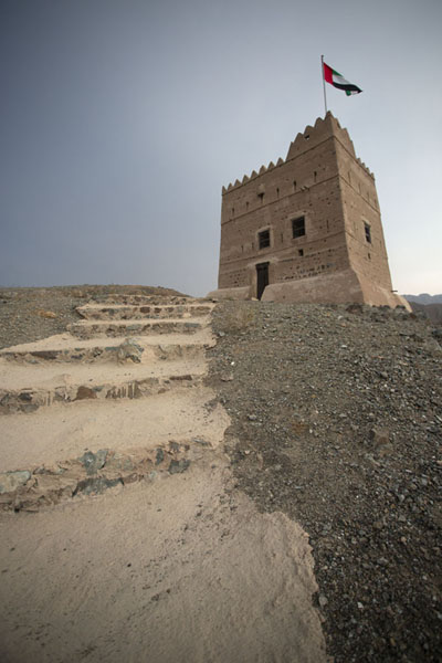 Foto van Defensive tower on top of a hill overlooking the fortAl-Hayl - Verenigde Arabische Emiraten