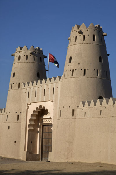 Foto van Side view of the main watchtowers at the entrance of Al Jahili fortAl Ain - Verenigde Arabische Emiraten