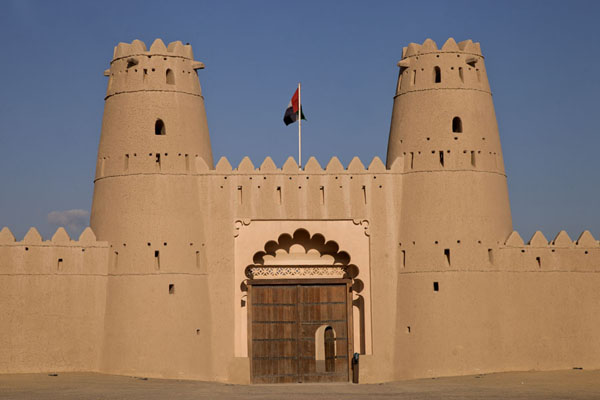 Photo de Emirats Arabes Unis (Late afternoon sun on the watchtowers and entrance gate of Al Jahili fort)