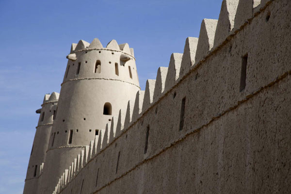 Photo de Side view of the crenellated wall and the two watchtowers at the entranceAl Ain - Emirats Arabes Unis
