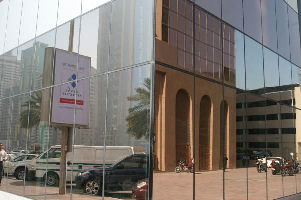 Foto de Surroudings reflected in a modern building on Sheikh Zayed RoadDubai - Emiratos Arabes Unidos