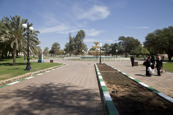 Photo de General view of the park with lanes, trees and a fountainAl Ain - Emirats Arabes Unis