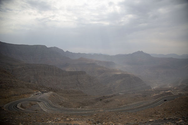 Looking over the mountains with a switchback of the Jebel Jais road in the foreground - 阿拉伯联合大公国 - 亚洲