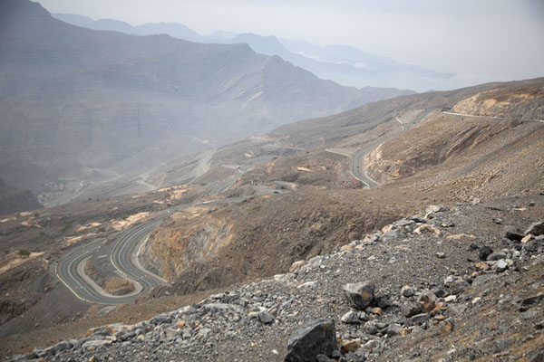 Looking down from Jebel Jais with the switchback road to the top - 阿拉伯联合大公国 - 亚洲