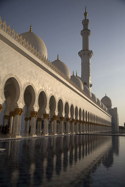 The afternoon sun shining on the west side of the Grand Mosque of Sheikh Zayed | Sheikh Zayed Grand Mosque | Verenigde Arabische Emiraten