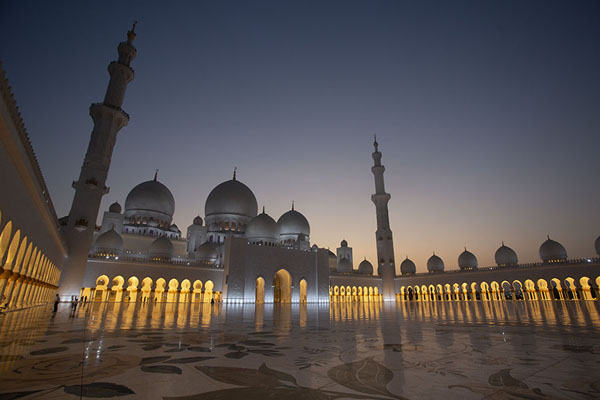 Foto van Dusk at the central courtyard of the Grand Mosque of Sheikh Zayed - Verenigde Arabische Emiraten - Azië