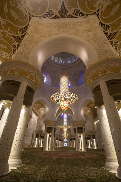 Foto van View of the interior of the main prayer hall of the Grand Mosque of Sheikh ZayedAboe Dhabi - Verenigde Arabische Emiraten