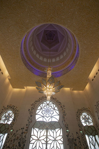 Foto van Interior of the mosque with enormous chandelierAboe Dhabi - Verenigde Arabische Emiraten
