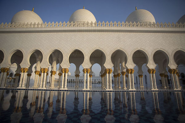 Arches, domes, and columns on the west side of the Grand Mosque of Sheikh Zayed | Sheikh Zayed Grand Mosque | Verenigde Arabische Emiraten