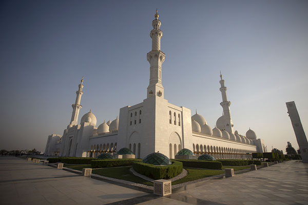 The Grand Mosque of Sheikh Zayed seen from the northwest side | Gran moschea dello Sceicco Zayed | Emirati Arabi Uniti