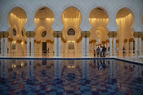 The arches reflected in a pool on the east side of the mosque | Sheikh Zayed Grand Mosque | Verenigde Arabische Emiraten