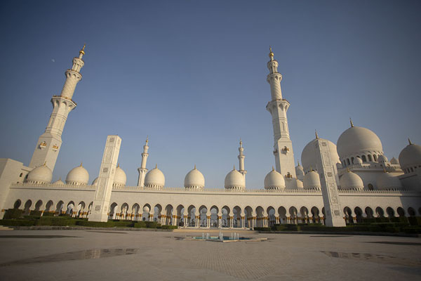 Foto van View of the west side of the Grand Mosque of Sheikh ZayedAboe Dhabi - Verenigde Arabische Emiraten