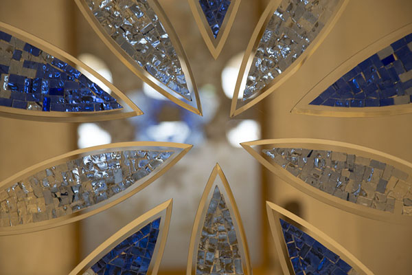 Foto van Precious glass decorations inside the mosqueAboe Dhabi - Verenigde Arabische Emiraten