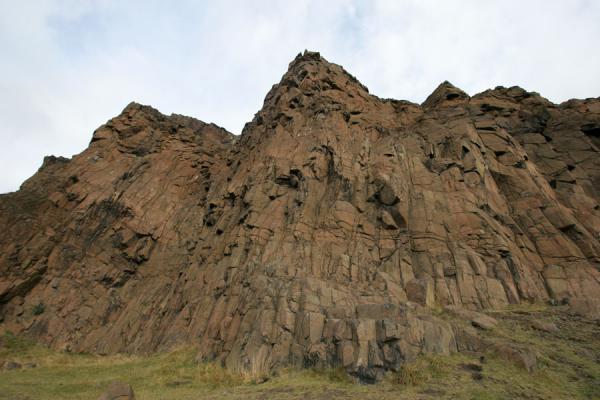 Photo de Salisbury Crags looming high over the foothpath at Arthur's SeatEdimbourg - le Royaume-Uni