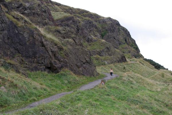 Foto de Steep climb up Arthur's Seat towards the Salisbury CragsEdimburgo - Reino Unido