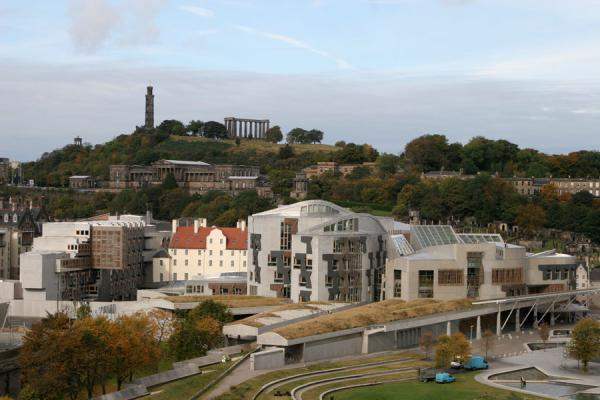Foto di Scottish Parliament and Calton Hill seen from Arthur's SeatEdimburgo - Regno Unito
