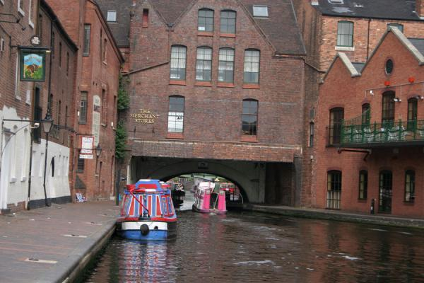 Boat passing under a building on Worcester & Birmingham canal | Birmingham | Reino Unido