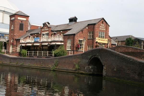Renovated canalside house on crosscanals in Birmingham | Birmingham Canals | United Kingdom