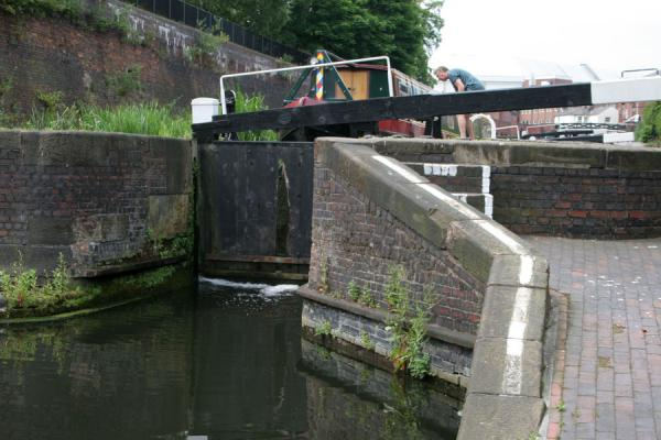 Boat in lock waiting to go down | Birmingham | Verenigd Koninkrijk