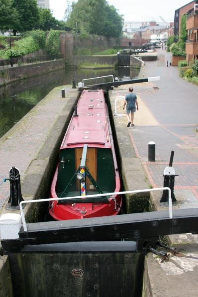 Narrowboat have a precise fit in locks | Birmingham | Reino Unido