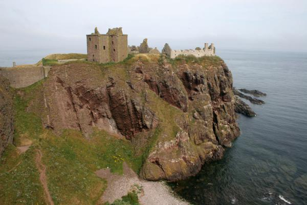 Picture of Dunnottar Castle on top of the steep cliffs, seen from the southwest