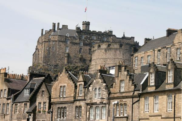 Picture of Edinburgh Old Town (United Kingdom): Edinburgh: typical houses on Grassmarket dominated by Edinburgh Castle