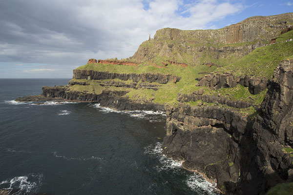 Foto van View of the bay with Lacada Point with volcanic rocksGiant's Causeway - Verenigd Koninkrijk